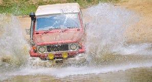 Incrocio di fiume di SUV Fotografie Stock Libere da Diritti