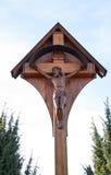 Incrocio di legno cattolico lungo la strada Fotografie Stock Libere da Diritti