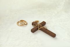 Incrocio di legno con gli anelli dorati Fotografia Stock Libera da Diritti