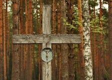 """Incrocio di legno nel cimitero militare nella foresta di Katyn Complesso commemorativo """"Katyn """"- un memoriale internazionale  immagini stock"""