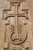 Incrocio di legno scolpito su una porta della chiesa Immagine Stock Libera da Diritti