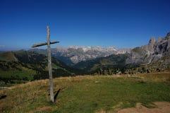 Incrocio di legno sul passaggio della strada del moutain e vista a panorama stupefacente della montagna Fotografia Stock Libera da Diritti