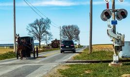Incrocio di passaggio con errori della strada di ferrovia di Amish fotografia stock libera da diritti