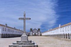 Incrocio di pietra davanti ad una chiesa e ad un santuario barrocco Fotografie Stock Libere da Diritti