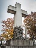 Incrocio di pietra in un cimitero nella caduta Fotografia Stock Libera da Diritti