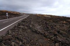 Incrocio di strada un flusso di lava Immagini Stock Libere da Diritti