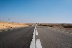 Incrocio di strada vuoto il deserto nell'Israele fotografie stock