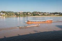 Incrocio di traghetto dalla Tailandia nel Laos immagine stock