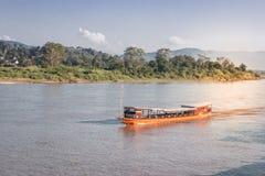 Incrocio di traghetto dalla Tailandia nel Laos fotografie stock