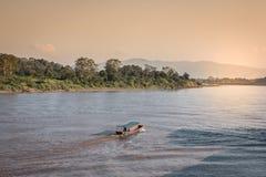 Incrocio di traghetto dalla Tailandia nel Laos immagini stock