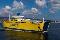 Incrocio di traghetto di Telepass lo stretto di Messina Immagine Stock
