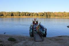 Incrocio di traghetto il fiume a Varsavia fotografia stock libera da diritti