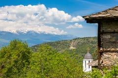 Incrocio dorato della chiesa ortodossa in Kovachevitsa, Bulgaria fotografie stock libere da diritti