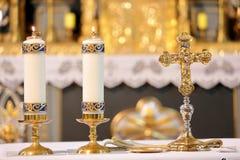Incrocio dorato sull'altare con le candele Fotografia Stock Libera da Diritti