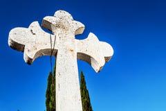 Incrocio e cielo blu cristiani bianchi Immagini Stock Libere da Diritti
