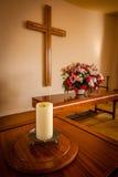 Incrocio e fiori cristiani sull'altare Immagini Stock Libere da Diritti