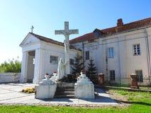 Incrocio e Gesù Cristo nel sagrato di Raseiniai, Lituania fotografia stock libera da diritti