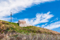 Incrocio ed altare fatti delle pietre sopra una montagna Fotografie Stock