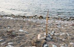 Incrocio fatto a mano di legno sulla spiaggia Fotografie Stock