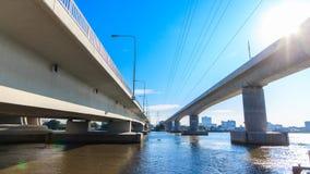 Incrocio gemellato del ponte il fiume in Tailandia archivi video