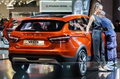 Incrocio Lada Vesta Cross Concept Vetro a macchina delle strofinate più pulite Immagine Stock Libera da Diritti