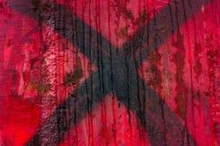 Incrocio nero dipinto su fondo rosso Fotografia Stock Libera da Diritti
