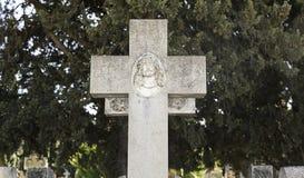 Incrocio religioso su una tomba immagini stock libere da diritti