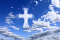 Incrocio religioso sul cielo nuvoloso Fotografie Stock Libere da Diritti