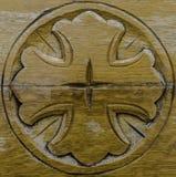 Incrocio scolpito di legno Fotografie Stock Libere da Diritti