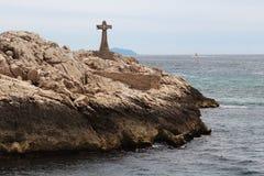 Incrocio sopra le rocce vicino al francese Marsiglia Fotografia Stock Libera da Diritti