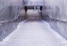 Incrocio sotterraneo al giorno piovoso urbano, tempo fotografia stock libera da diritti