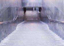 Incrocio sotterraneo al giorno piovoso urbano, tempo fotografia stock