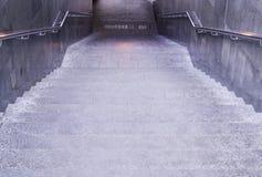 Incrocio sotterraneo al giorno piovoso urbano, tempo immagine stock