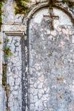 Incrocio su una vecchia tomba immagini stock