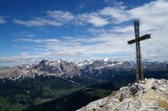 Incrocio sul picco di montagna nelle dolomia Fotografia Stock