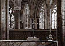 Incrocio sull'altar maggiore nella cattedrale di pozzi Immagine Stock Libera da Diritti