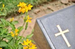 Incrocio sulla pietra tombale in cimitero Fotografie Stock Libere da Diritti