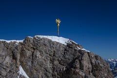 Incrocio sullo Zugspitze, Baviera, Germania della sommità Immagini Stock Libere da Diritti