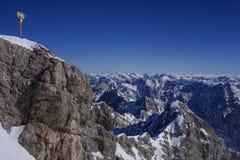 Incrocio sullo Zugspitze, Baviera, Germania della sommità Fotografie Stock