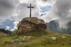 Incrocio tradizionale alla cima della montagna nelle alpi svizzere Fotografie Stock