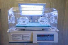 Incubadora infantil en una sala de hospital Fotos de archivo