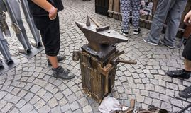 Incudine della mano dei hummers strumenti del fabbro interamente in forgia pronta per forgiare immagine stock libera da diritti