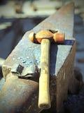 Incudine e martello pesanti nel negozio del fabbro Fotografia Stock Libera da Diritti