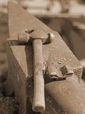 Incudine pesante e martello robusto nel negozio del fabbro Fotografia Stock