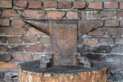 Incudine rustica sul ceppo di legno Immagini Stock Libere da Diritti