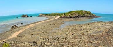 Incuni l'isola e la scogliera nel parco nazionale di Hillsborough del capo in Aust Immagine Stock