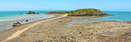 Incuni l'isola e la scogliera nel parco nazionale di Hillsborough del capo in Aust Immagini Stock
