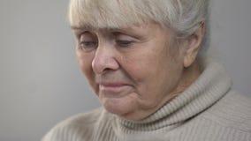 Incurably dåligt hög dam som tar pillret och att gråta som är oförmögna att övervinna lidande arkivfilmer