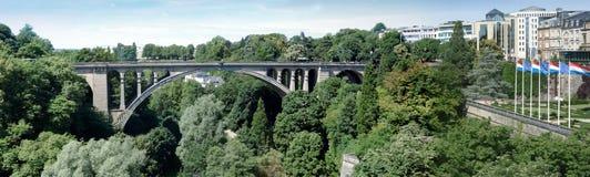 Incurvi il ponte attraverso un canyon, Adolphe Bridge, la città di Lussemburgo, LU Fotografia Stock