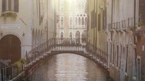 Incurvi il ponte fra le costruzioni sopra il canale stretto, la bella architettura intorno video d archivio